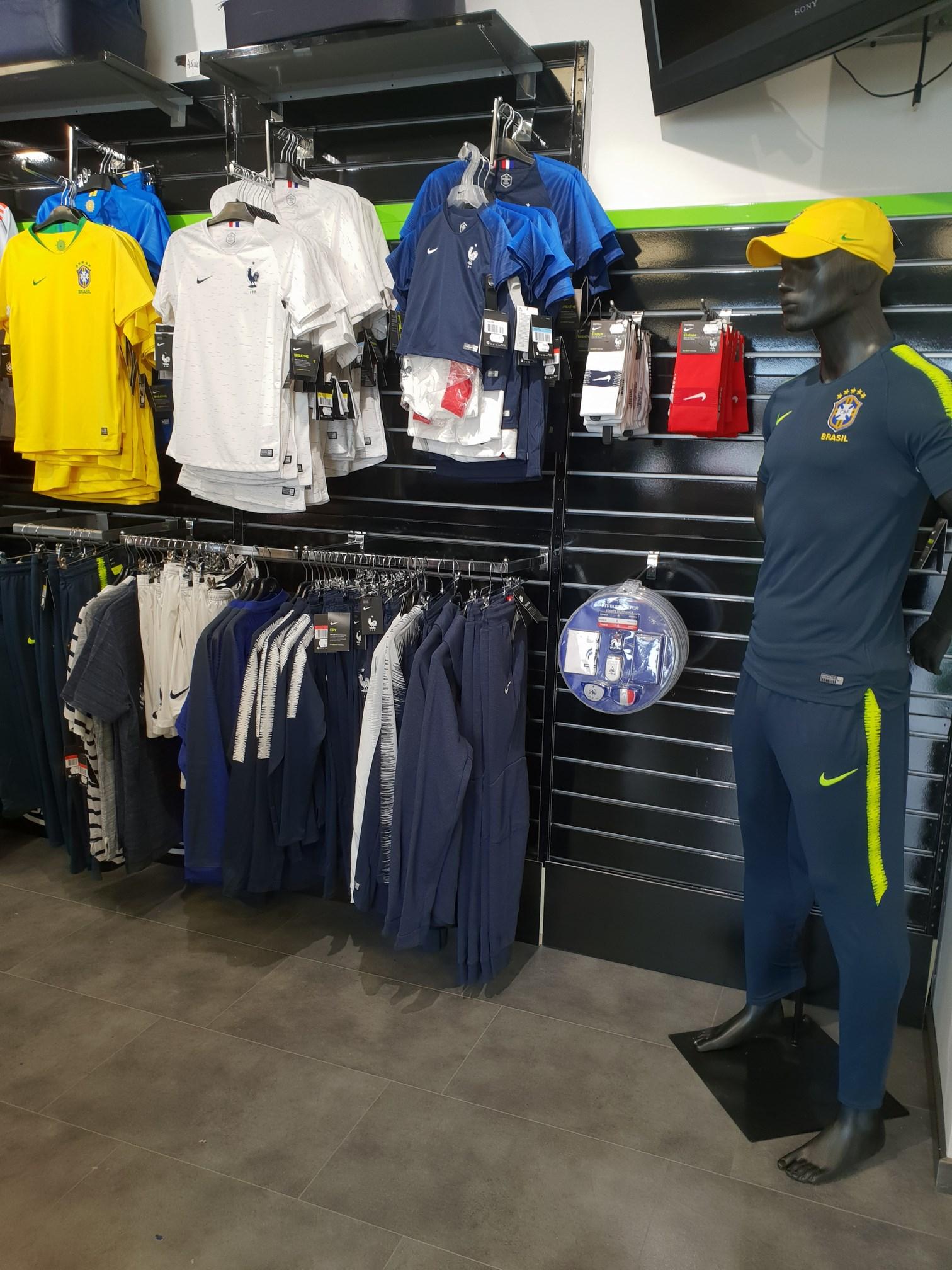 Mannequin portant un maillot de football du Brésil